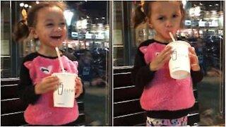 Liten jente nekter å dele smoothien sin