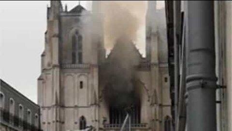 Incêndio atinge catedral de Nantes