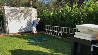 Golfer performs cool trick shot