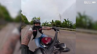 Motociclista si ferma in tempo per aiutare la vittima di un incidente