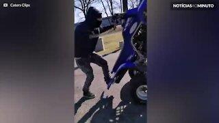 Homem faz acrobacias incríveis com quadriciclo