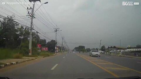 Motociclista sofre forte descarga elétrica em rodovia