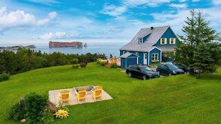Cette jolie maison à vendre en Gaspésie a le Rocher Percé directement dans sa cour