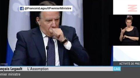François Legault tousse dans sa main pendant sa conférence de presse et le regrette vite