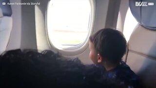 La reazione di un bimbo che prende l'aereo per la prima volta