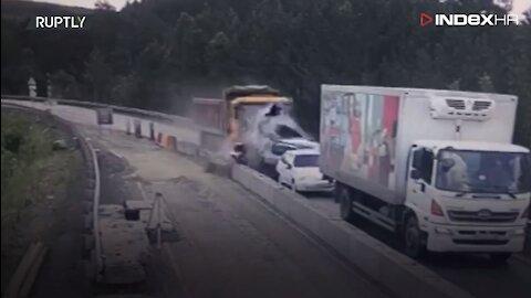 Stravična nesreća kamiona i nekoliko automobila