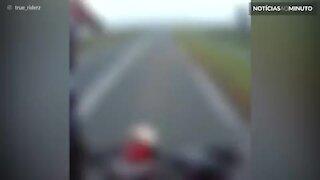 Motociclista escapa de forte colisão com carro que fazia o retorno