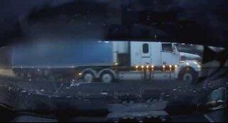 Lastebil forårsaker voldsom ulykke på motorvei