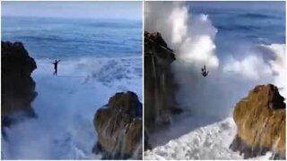 Mann trosser døden på en slakkline over gigantiske bølger i Portugal