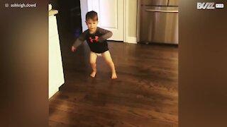 Bimbo di due anni danza come un professionista