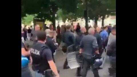 MILANO, 24/07/2021 LA POLIZIA SI TOGLIE I CASCHI E MARCIA CON I MANIFESTANTI