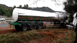 SOUTH AFRICA - Johannesburg - Tanker recovery on highway (Video) (NyB)