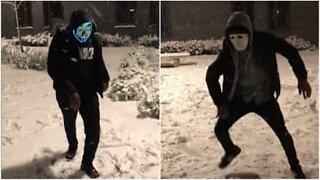 Maskert gruppe danser i snøen i England