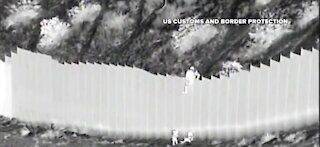 Video: children being dropped over border fence in New Mexico