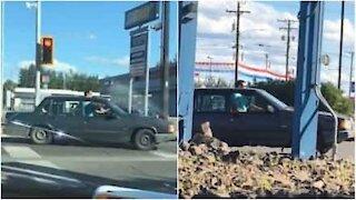 Guida l'auto con la testa fuori dal tettuccio!