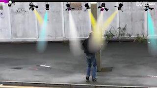 Uomo balla nel bel mezzo della strada