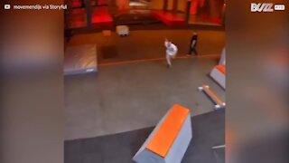 Teenager laver super hurtige parkour tricks