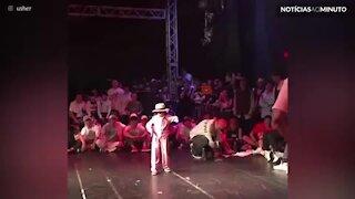 Criança arrasa em dança 'do robô'