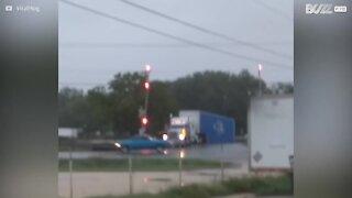 Camion falciato da un treno sui binari
