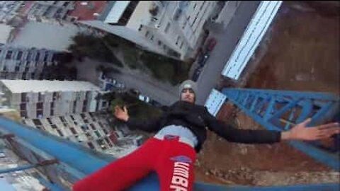 Poika kiipesi nostokurkeen ja roikkui siitä!