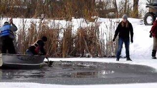 Hjort reddet fra en frossen innsjø i Canada