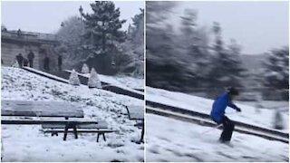 Parisere renner på ski i Montmartre etter kraftig snøfall