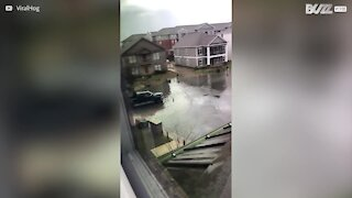 Il profite des inondations pour faire du ski nautique