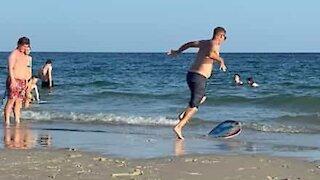 Homem leva tombo hilário fazendo skimming