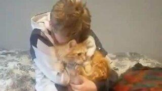 Rapaz reencontra gato desaparecido