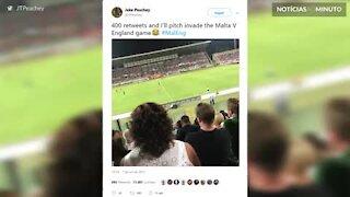 Jovem viraliza no Twitter depois de invadir um campo de futebol