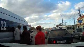 Damen ble nesten overkjørt av en varebil
