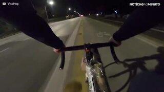 Um passeio de bicicleta extremamente explosivo!