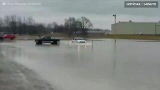 Jovem pratica wakeboard em enchente nos EUA