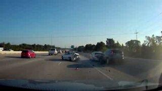 Tampona violentemente sulla corsia d'emergenza dell'autostrada