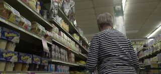 Some grocery companies promising extra cash to workers who get vaccinated