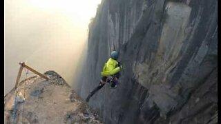 Mann gjennomfører skremmende klippehopp i USA