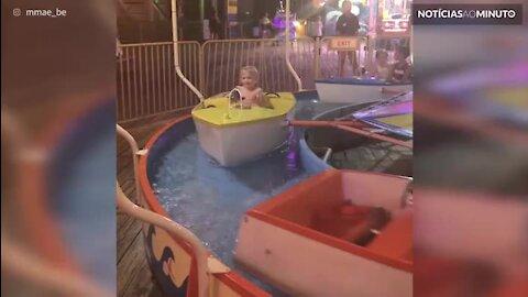 Tirar a menina do barco de brincar é uma tarefa muito difícil