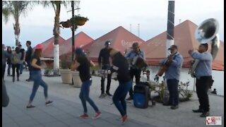 Lake Chapala, Mexico LIVE MUSIC! Girls Dancing to Latin Rhythm, Carnival!
