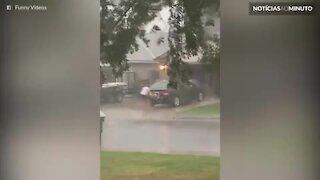 Homem aproveita tempestade de furcão para lavar carro