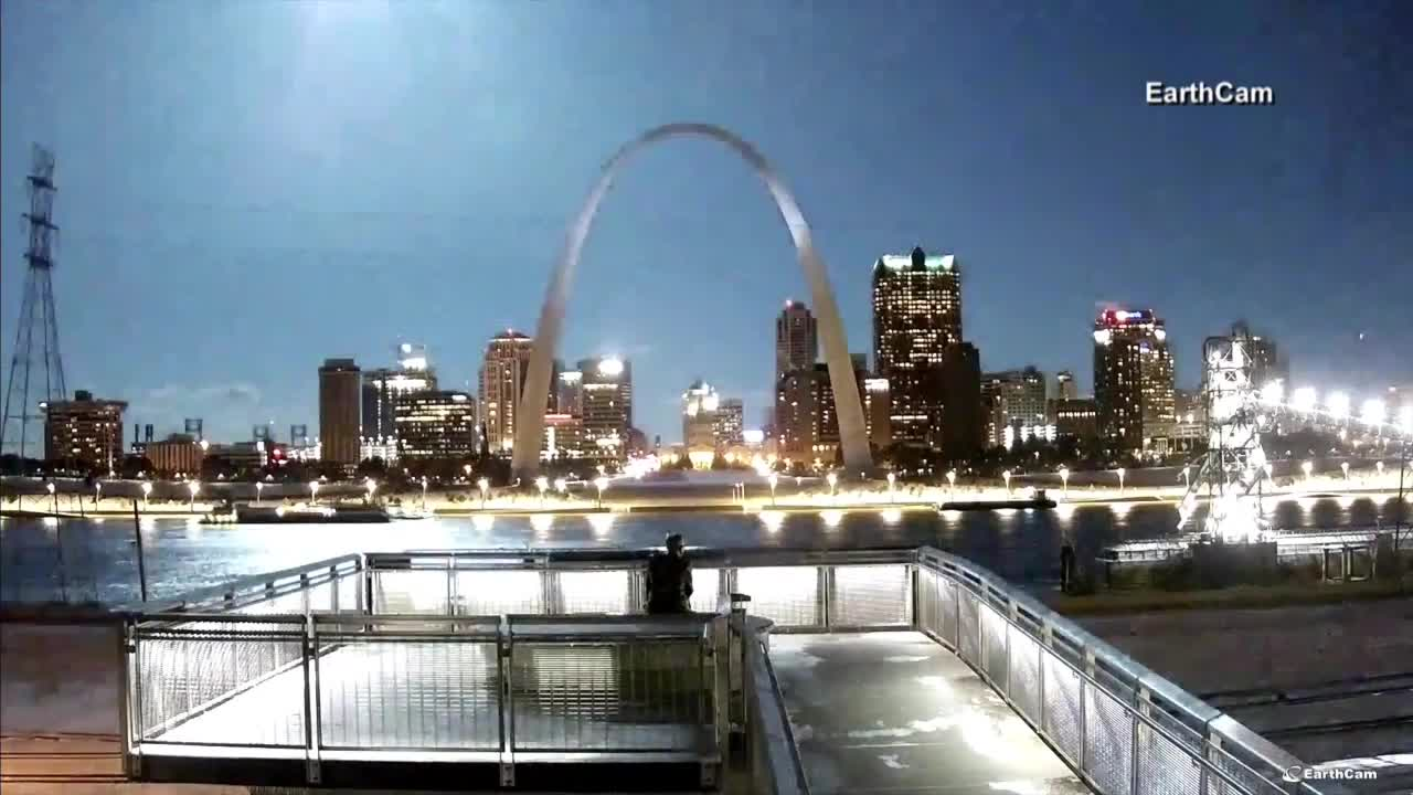 Meteor streaks across St. Louis sky