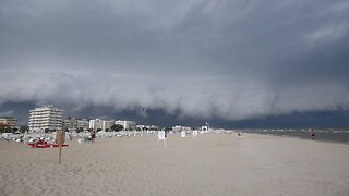 TERRIFYING MOMENT HUGE SHELF CLOUD INCHES OVER BEACH