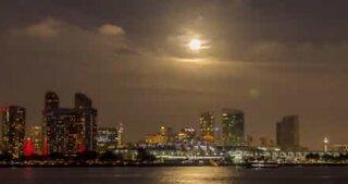 Supermåne lyser upp skyn ovanför Kalifornien på nya årets första dag
