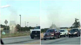Tornado di sabbia attraversa la strada