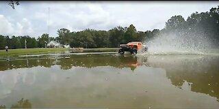 Hydroplane Battle! Traxxas Slash 2wd vs Rustler 2wd