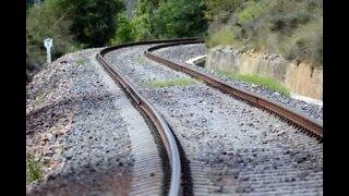 Un train passe sur un homme en Inde