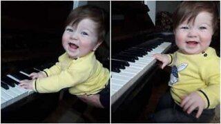 Bambino suona il piano come un vero Chopin