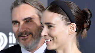 Joaquin Phoenix Was Absolutely Not A Camera Hog On Oscars Red Carpet