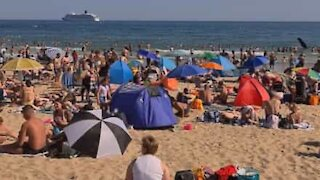 Praia completamente cheia durante pandemia no Reino Unido