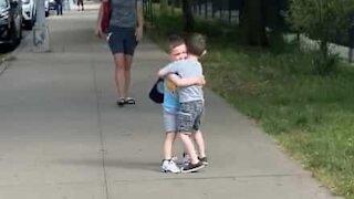 Séquence émotion pour les retrouvailles de deux petits garçons