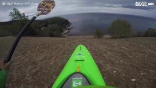Incredibile! Questo kayak entra in acqua a tutta velocità